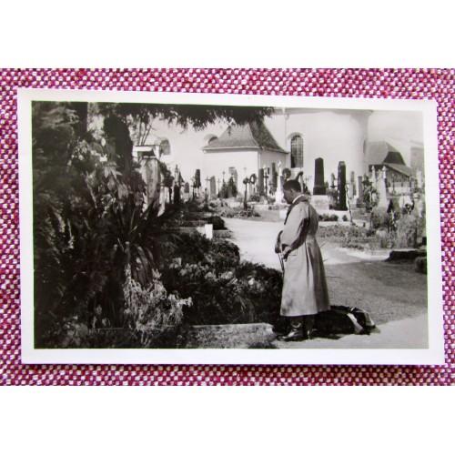 Adolf Hitler am Grabe der Eltern in Leonding Postcard # 5914