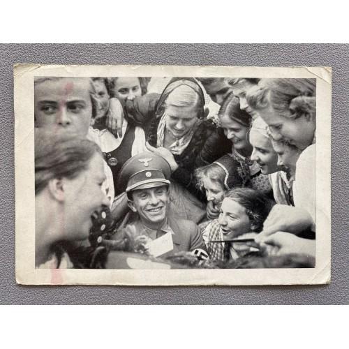 Ostmarkmädels bestürmen Reichsminister Dr. Goebbels um ein Autogramm Postcard # 7509